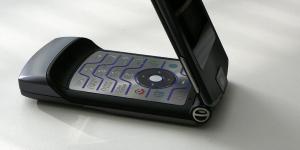 Επιστρέφει το «ξυράφι» της Motorola
